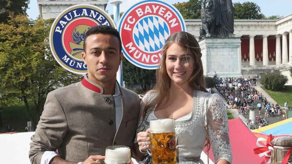 FC Bayern Munich's Thiago and his wife Julia Vigas pose during their visit at the Oktoberfest in Munich, Germany.  (REUTERS)