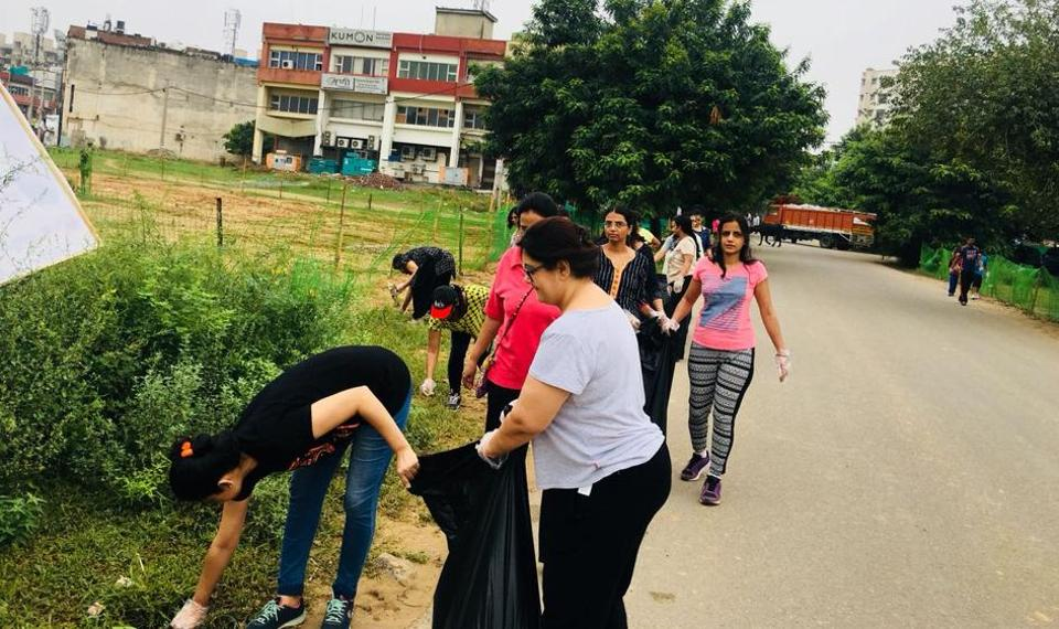 The volunteers go about conducting the cleanliness drive at Sector 56, Gurgaon.