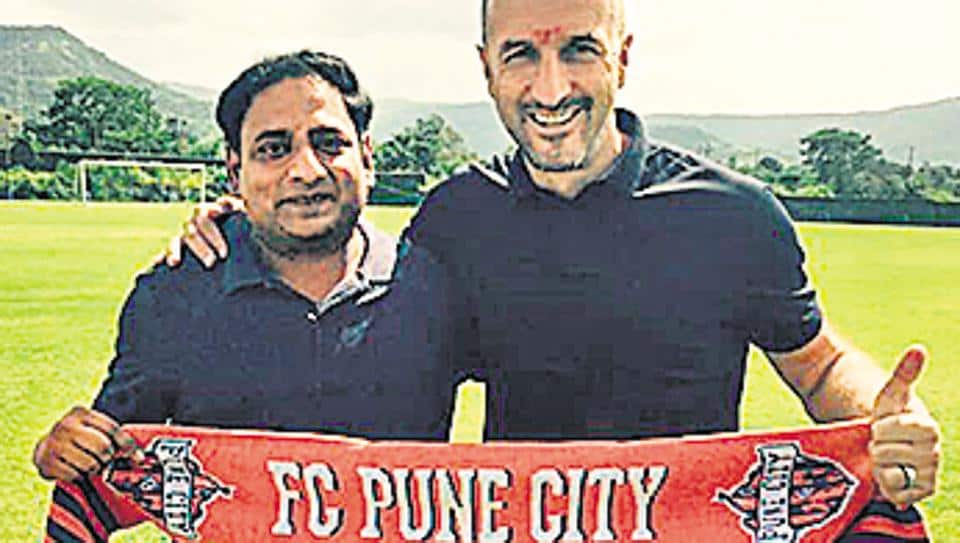 Ranko Popovic (R) with Club's CEO Gaurav Modwel.