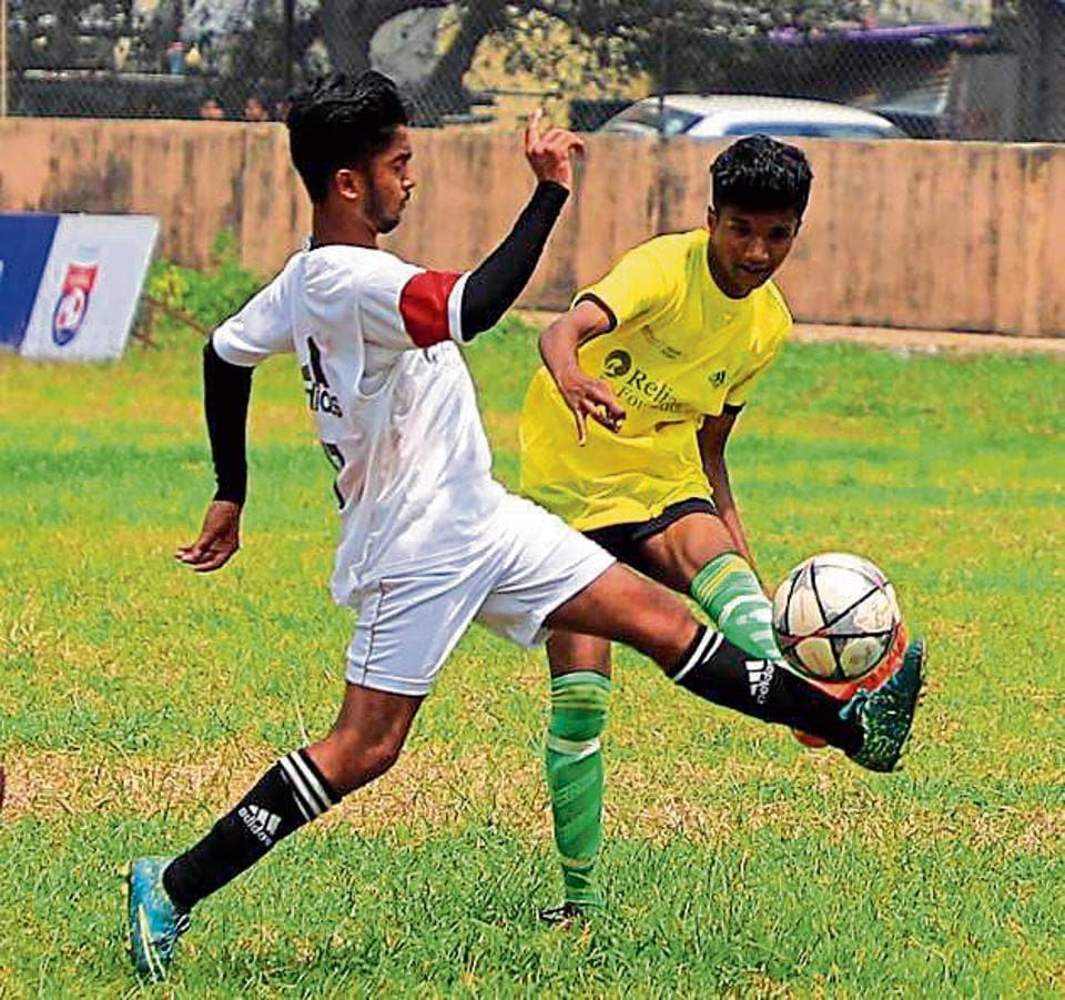 Arihant College (yellow) edged out Nowrosjee Wadia College 3-2 in the senior boys qualifier.