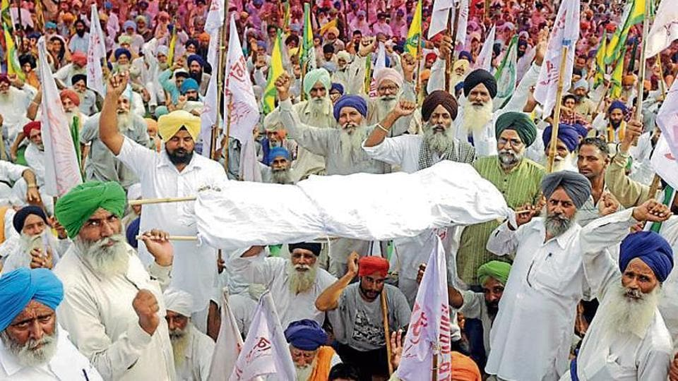 Farmers protesting against the Congress government at Mehmudpur village on the Patiala-Sangrur road on Monday.