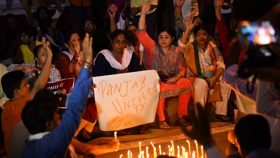 Students carry out a candle light protest the lathicharge on BHU students, at Jantar Mantar in New Delhi, on September 26, 2017.
