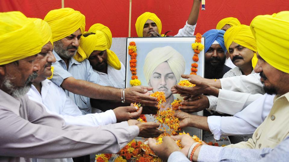 Members of All India Anti Terrorist Front paying tribute to Shaheed Bhagat Singh on the occasion of his 110th birth anniversary in Amritsar on Thursday. (Sameer Sehgal/HT)