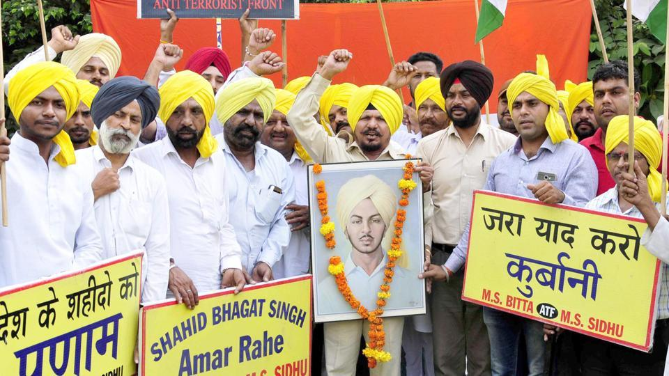 Members of All India Anti Terrorist Front raising patriotic slogans while paying tribute to Shaheed-E-Azam Bhagat Singh in Amritsar on Thursday. (Sameer Sehgal//HT)