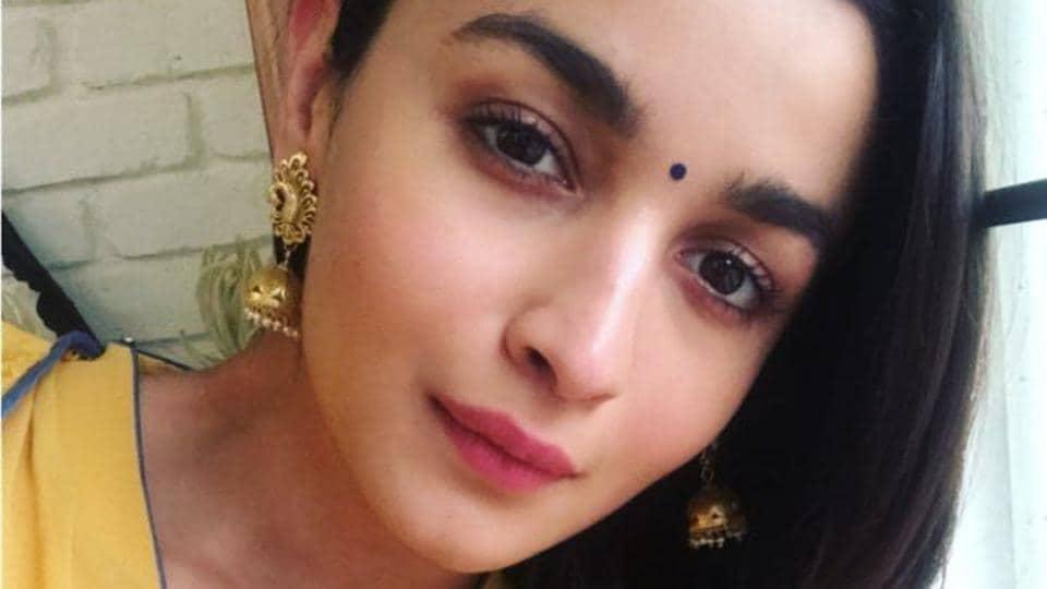 Alia Bhatt took a selfie for her fans on Instagram before leaving for the Durga Puja celebrations in Mumbai.