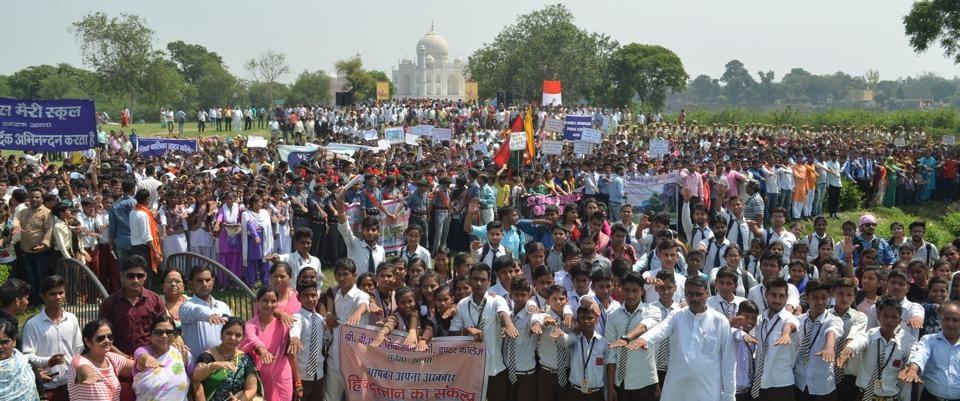 People throng Hindustan's 'Ma kasam, Hindustan swachh rakhenge hum' programme to take the cleanliness pledge at Agra's ADA Park