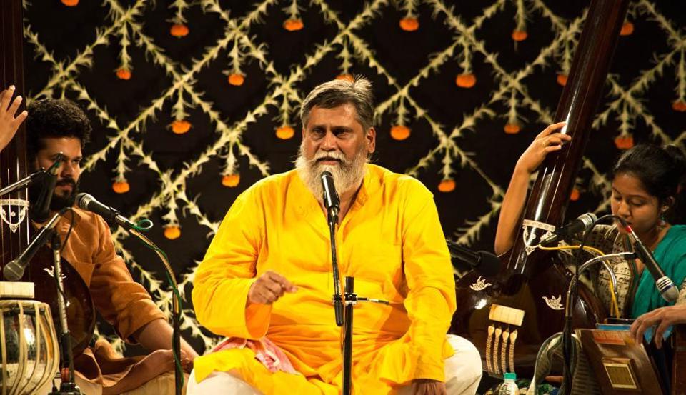 Kedar Bodas sings in a voice that is akin to that of a temple priest or a Kirtankar.