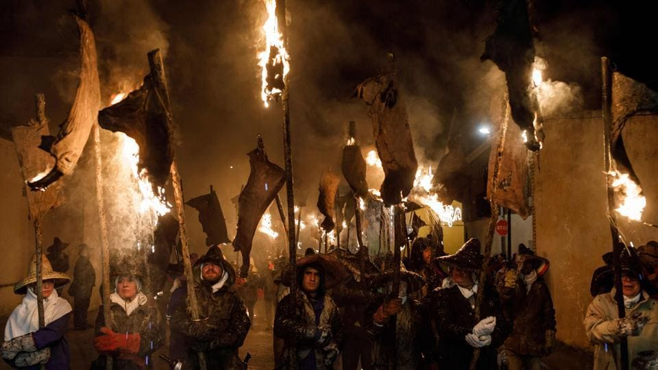 'Mayorganos' (Mayorga locals) carry hanging wineskins in flames as torches during the 'Vitor's Civic Procession' in Mayorga, near Valladolid, on September 27, 2017. The procession marks the date of September 27, 1752 when the people of Mayorga came out of their homes with torches to light the streets for receiving a relic of Spanish missionary and Archibishop of Lima (Peru), Toribius of Mogrovejo, being brought to his natal village. (Cesar Manso / AFP)