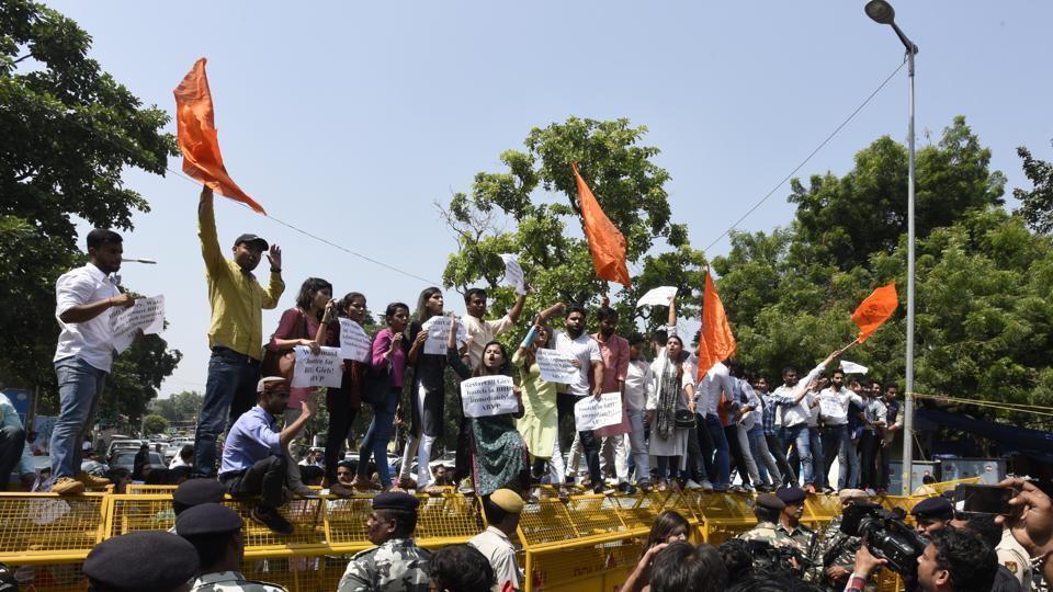 Akhil Bharatiya Vidyarthi Parishad (ABVP) activists protest against the lathi charge on BHU campus, in New Delhi.