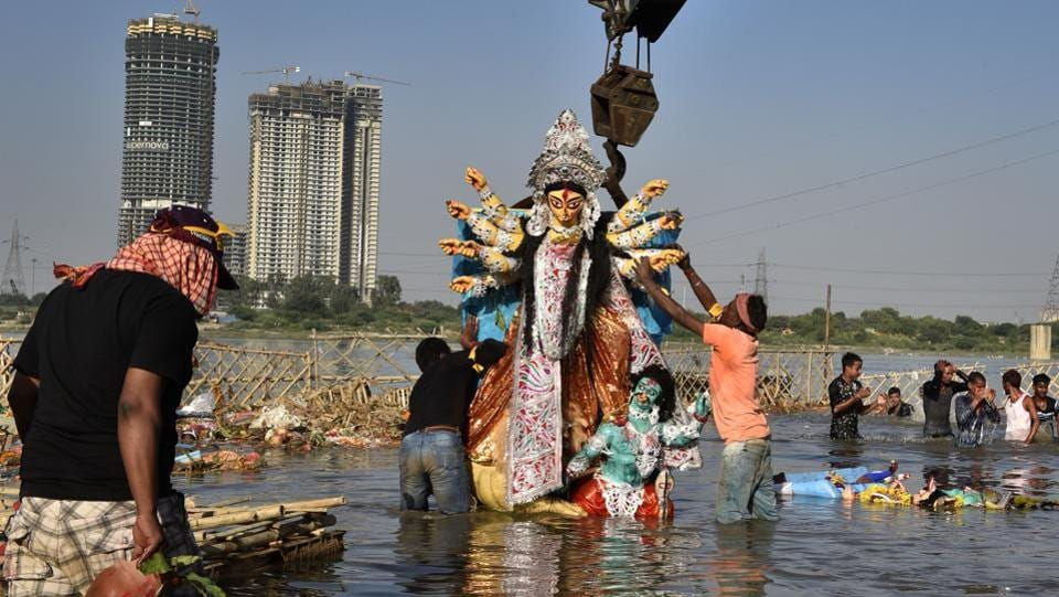 The Durga idols were immersed in Yamuna River at Kalindi Kunj, New Delhi. Idols from nearly 200 Durga Pujas from across Delhi, Gurgaon, Noida, Ghaziabad and Faridabad are immersed at different Yamuna ghats every year. (Ajay Aggarwal / HT Photo)