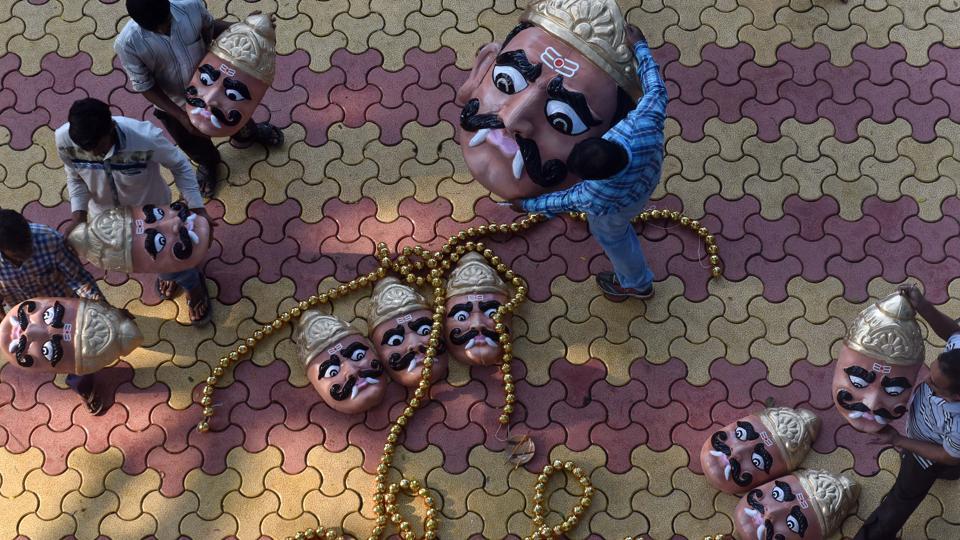 Men haul the ten painted faces of a Ravana effigy at Lokmanya Nagar during its assembly in Pune, Maharashtra, on September 28, 2017. Effigies of Ravana, Kumbhkaran and Meghnad will be burnt on Dussehra symbolising the victory of good over evil. (Pratham Gokhale / HT Photo)