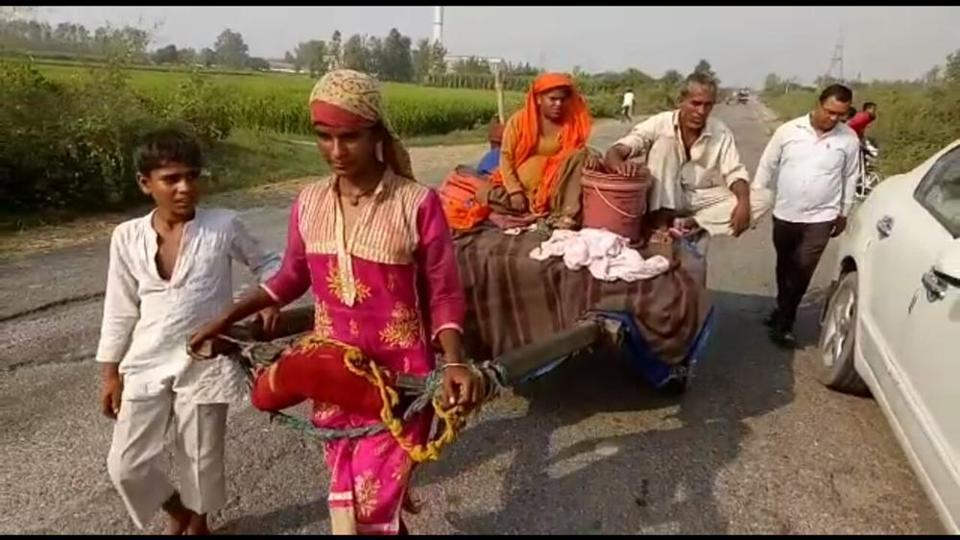 Shakila helped in pulling the cart when exhaustion overwhelmed her elder sister.