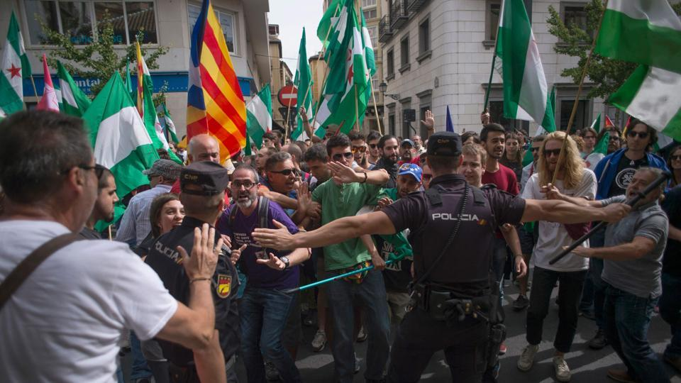 Spanish policemen try to control people attending a demonstration in support of the referendum in Catalonia on October 01, 2017, in Granada.  (JORGE GUERRERO/AFP Photo)