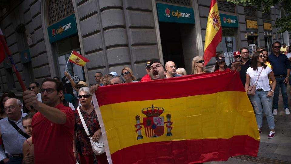 People, waving a Spanish flag, confronts demonstrators in support of the referendum in Catalonia on October 01, 2017, in Granada. (AFP Photo)