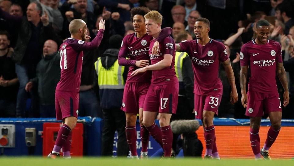 Manchester City's Kevin De Bruyne celebrates scoring the winning goal against Chelsea with team mates.