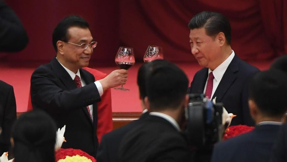Chinese President Xi Jinping (R) and Premier Li Keqiang toast during a reception on the eve of China's National Day in Beijing's Great Hall of the People. (Greg Baker / AFP)