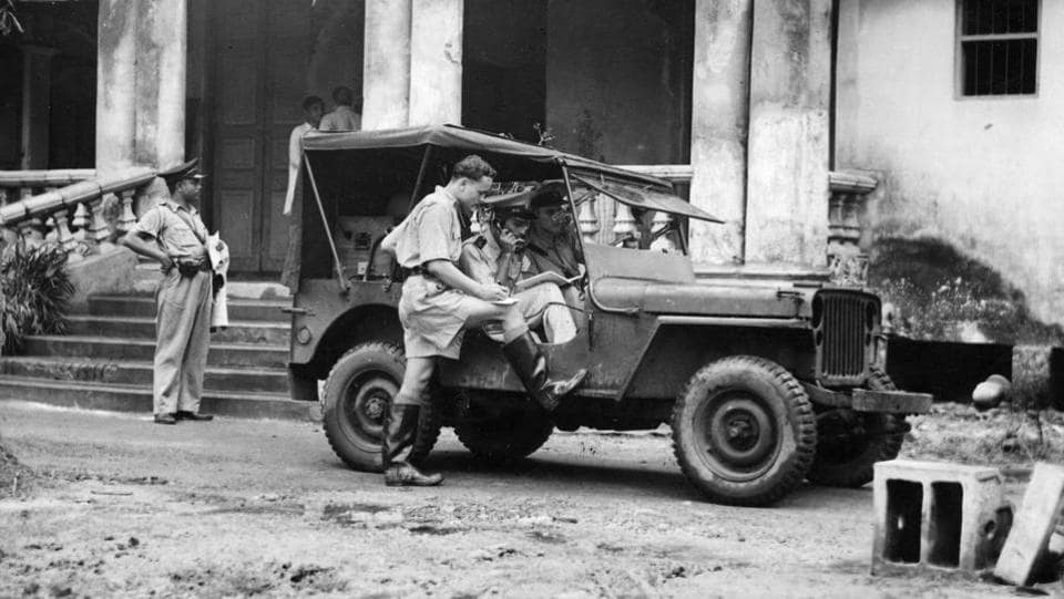 Soldiers were manning a wireless van during Mahatma Gandhi's 73-hour fast, when they received news about the communal riots from the police headquarters at Lalbazar, Calcutta (now Kolkata).  (Keystone / Getty Images)