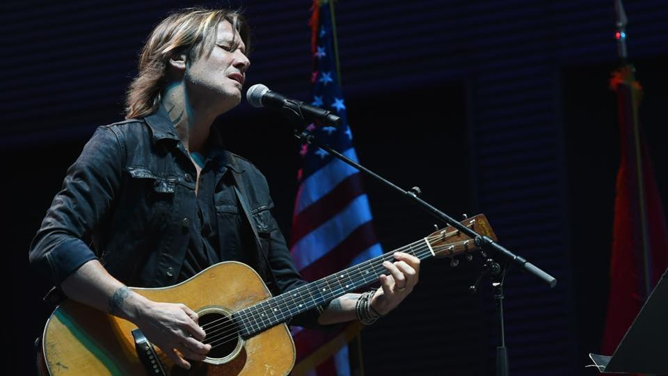 Singer-songwriter Keith Urban performed 'Bridge Over Troubled Waters' during the  Nashville candelight vigil for Las Vegas victims at the Ascend Amphitheatre in Nashville, Tennessee. (Rick Diamond / AFP)