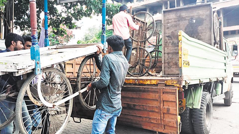 The Pune Municipal Corporation also started a drive against hawkers in the city and decided to make major roads encroachment-free. The anti-encroachment department took out a drive against hawkers in the month of September.