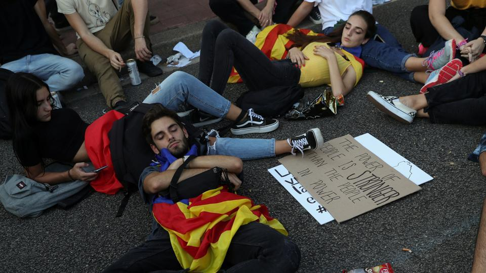 In Barcelona, people rest before taking part in a demonstration two days after the banned independence referendum. (Susana Vera / REUTERS)