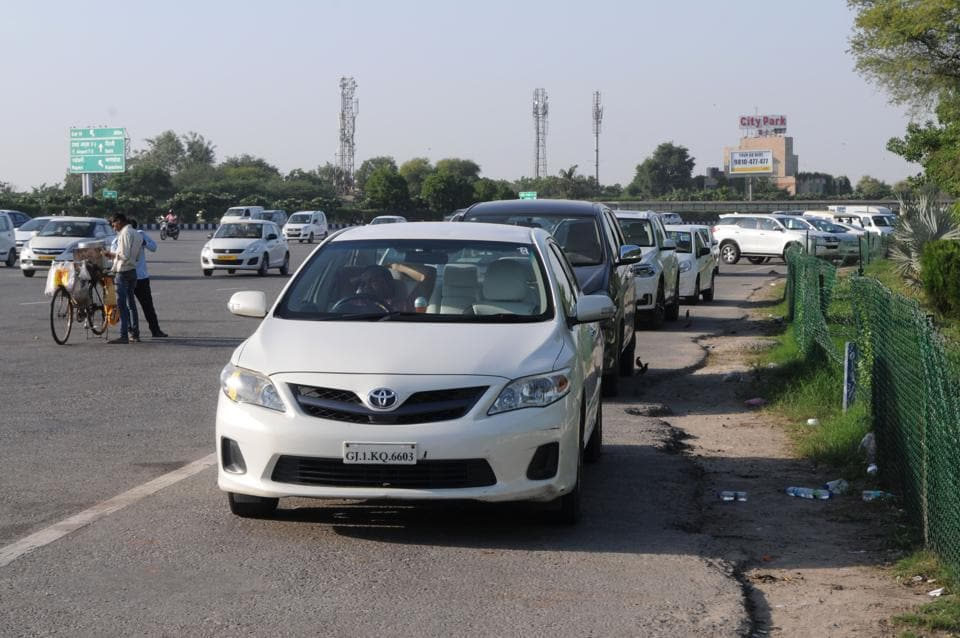 Gurgaon, India- October 04: With parking in Ambience mall being limited and costing money, drivers of several non-commercial vehicles have been parking their cars near Dhanchiri camp on road, in Gurgaon, India, on Wednesday, 04 October 2017. (Photo by Parveen Kumar/Hindustan Times)
