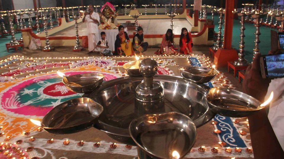 People light lamps at Swami Gagangiri Maharaj Ashram in Malad, on the occasion of Kojagiri Purnima.  (Pramod Thakur/HT PHOTO)
