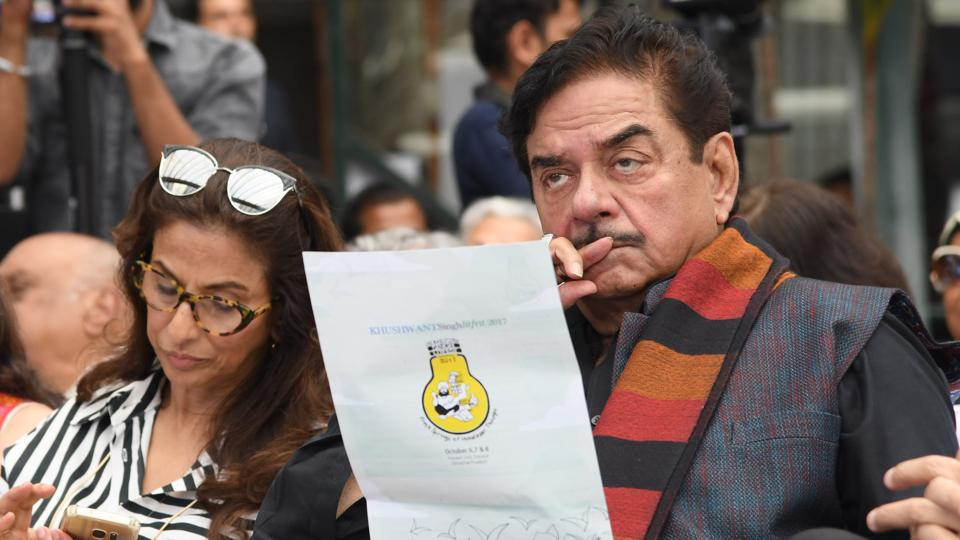 Bollywood actor Shatrughan Sinha along with author Shobhaa De during the inaugural address of the sixth edition of the Khushwant Singh literary festival at Kasauli on Friday. (Karun Sharma/HT)