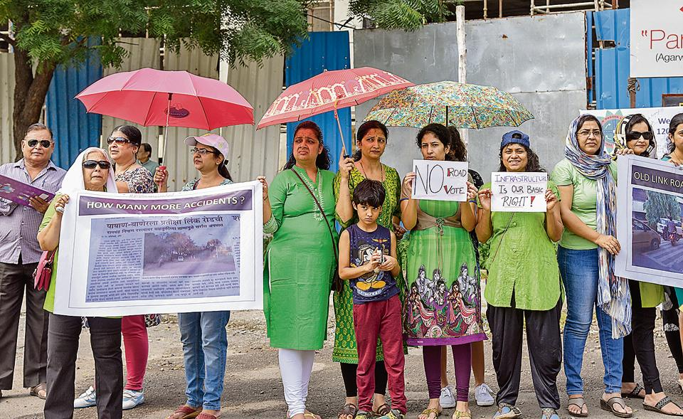 Residents of societies in and around the Baner Pashan Link road organised a peaceful protest on Saturday.