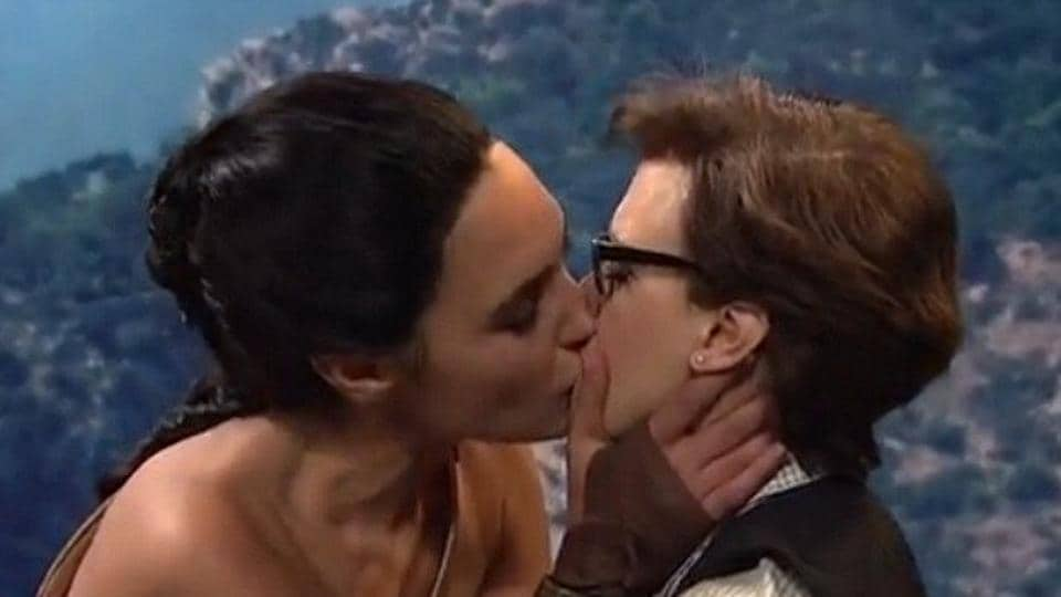 Gal Gadot Kiss,Gal Gadot Kate McKinnon,Saturday Night Live