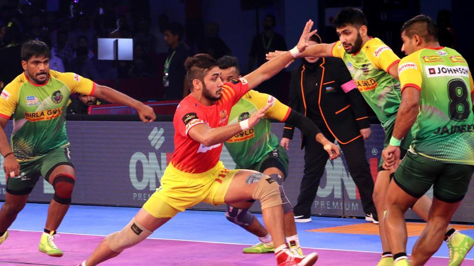 Gujarat Fortunegiants maintained top spot in the Pro-Kabaddi League with a 33-29 win over Patna Pirates.