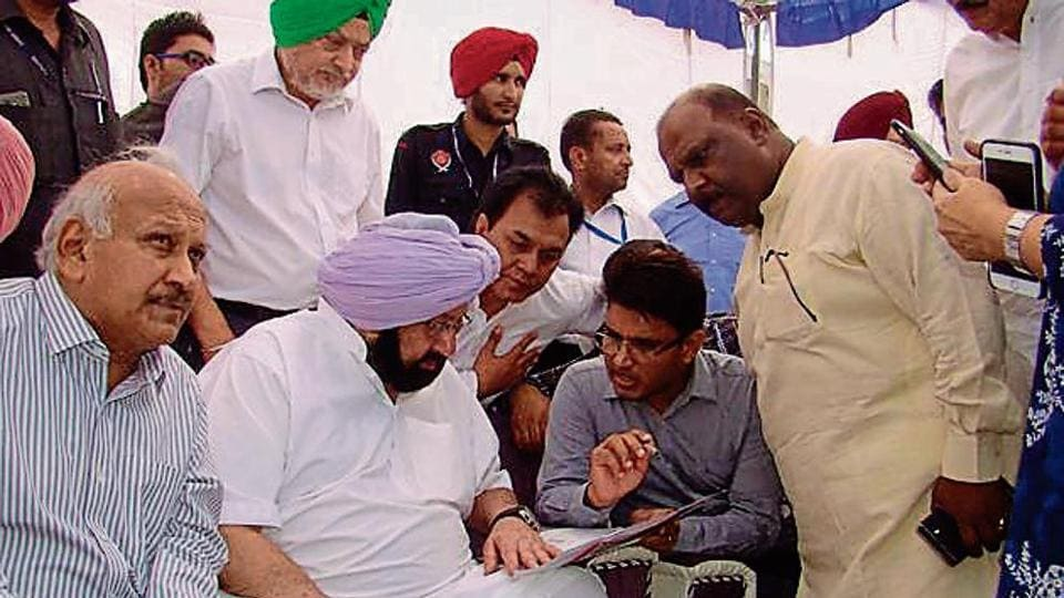 CM Captain Amarinder Singh checking the paddy procurement records at Mukerian in Hoshiarpur on Monday.