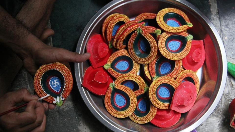In all shapes and sizes: Diyas being readied for Diwali at Kumbharwada in Dharavi. (Pramod Thakur/HT Photo)