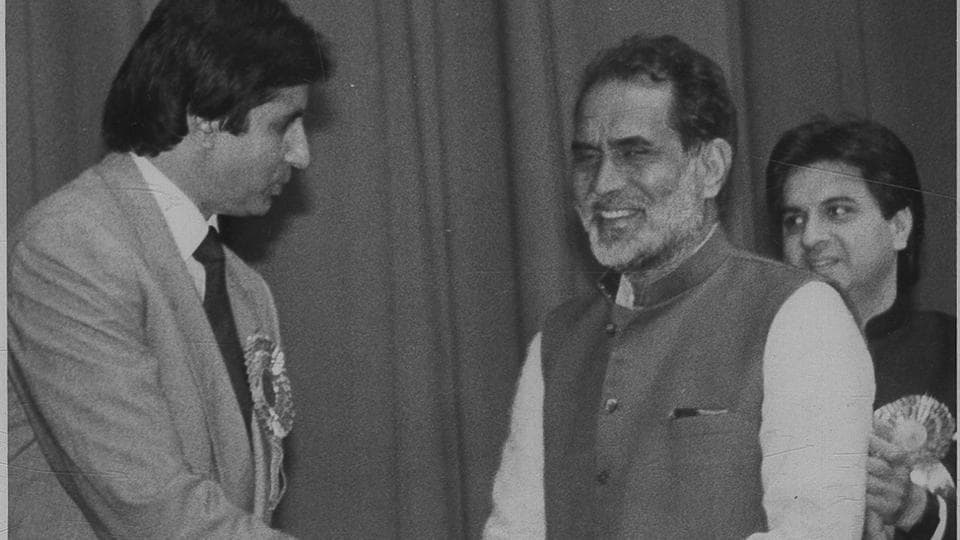 Former PM Chandra Shekhar being greeted by Amitabh Bachchan at the premiere of 'Hum.' (HT File Photo)