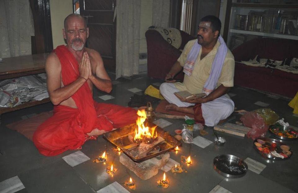 Per Kronborg Grevsen receiving spiritual initiation from Acharya Vagish Shastri in Varanasi.