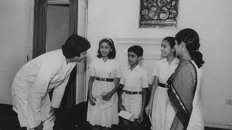 Amitabh Bachchan seen chatting with eager school children. (HT File Photo)