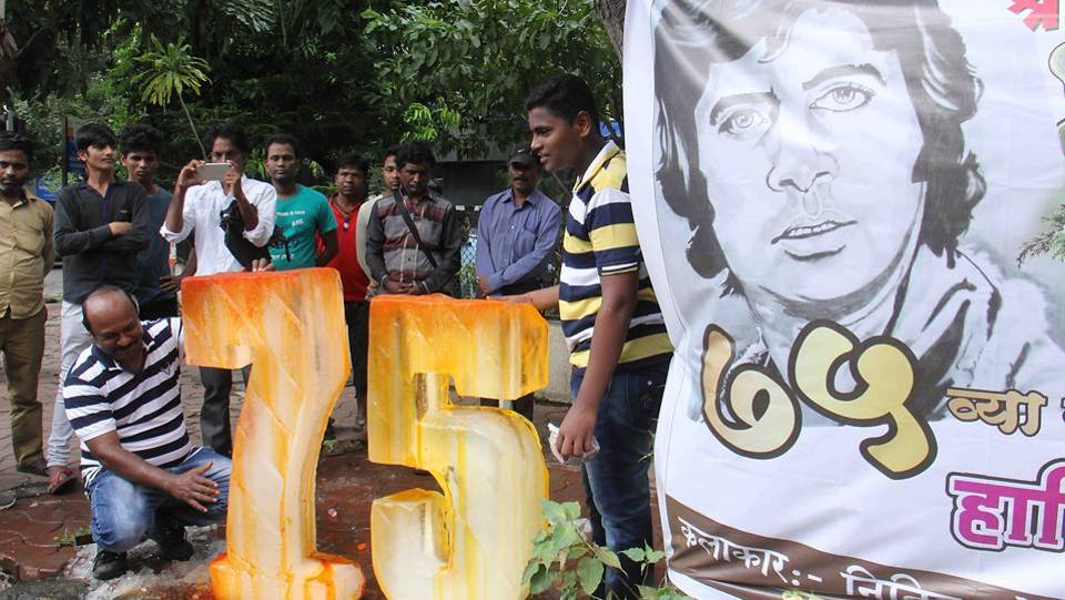 A fan shapes an ice outside actor Amitabh Bachchan's bungalow to mark his birthday on Wednesday. (Pramod Thakur/HT PHOTO)