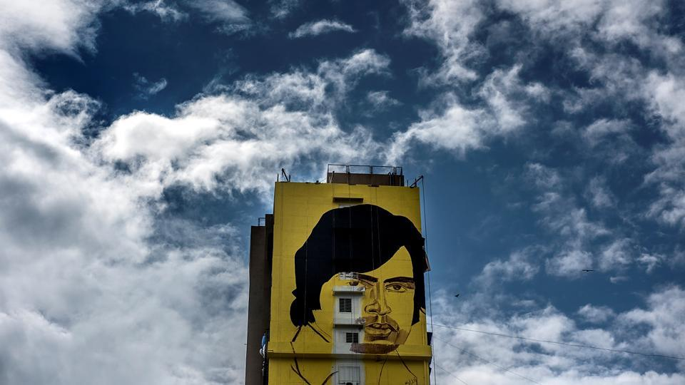 Artist Ranjit Dahiya  makes a 230-ft mural of Bachchan's iconic look from Deewar (1975) on the wall of a society in Bandra. (Satish Bate/HT Photo)