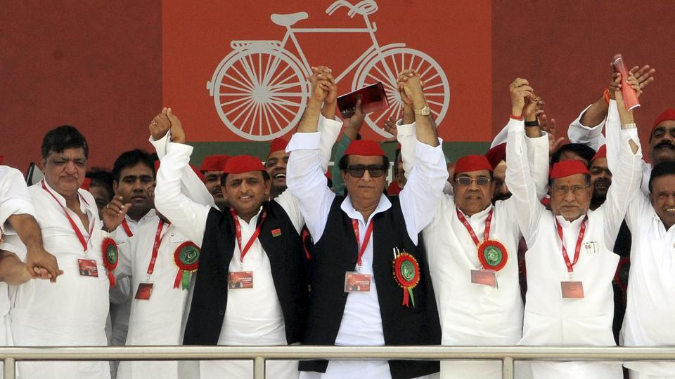 Samajwadi Party president Akhilesh Yadav with senior party leaders during the party's 8th state convention at Ramabai Maidan in Lucknow, India, on Saturday, September 23, 2017. (Photo by / Hindustan Times)