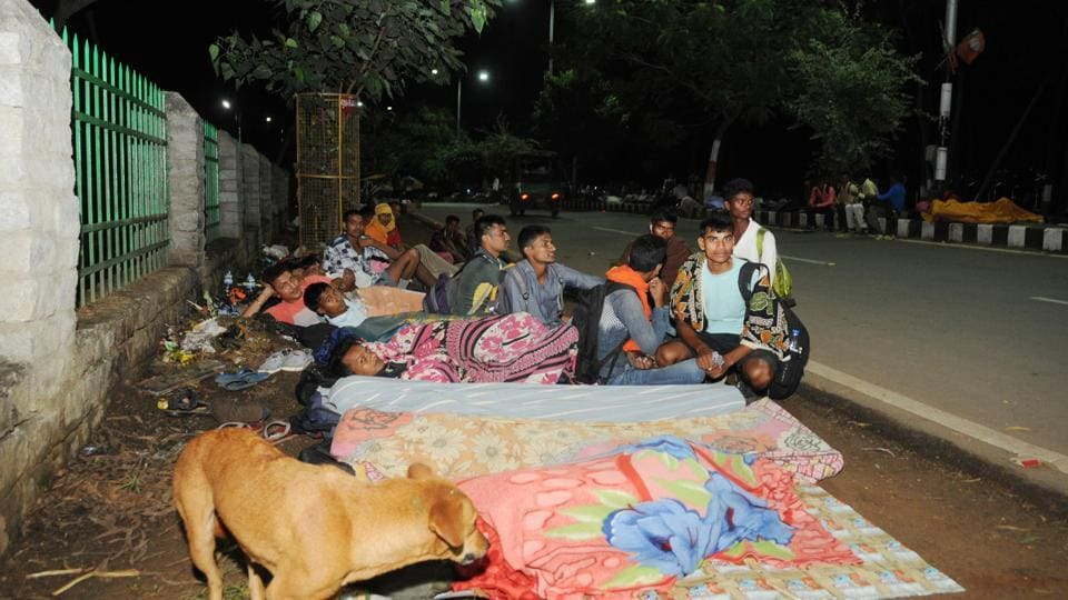 Aspirants came from the different parts of the state to get job in Indian army  spending their night on roadside