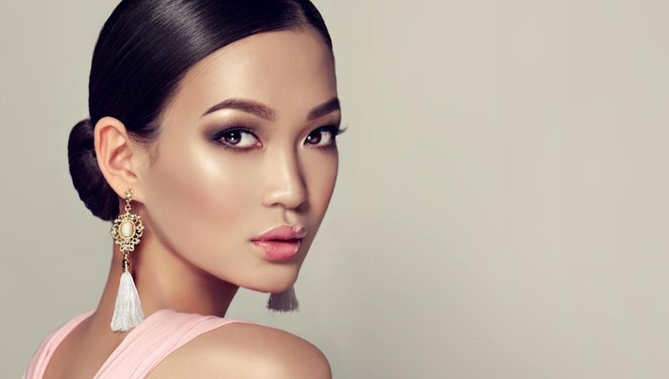 Glossy lips,Full eyebrows,Eyebrows
