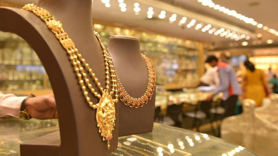 Globally, gold rose 0.79% to USD 1,303.30 an ounce and silver by 1.02% to USD 17.41 an ounce in New York in yesterday's trade.