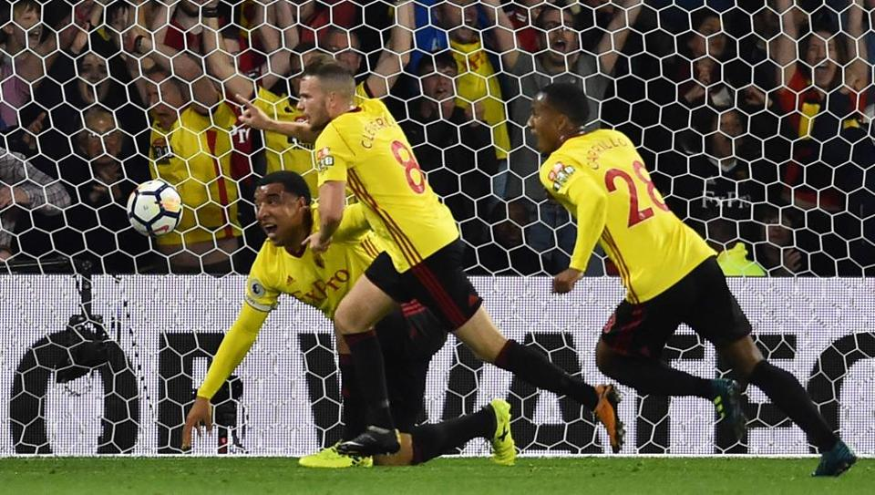 Watford mifielder Tom Cleverley (C) celebrates after scoring a late winning goal during the English Premier League match against Arsenal at Vicarage Road Stadium in Watford. Watford won 2-1.