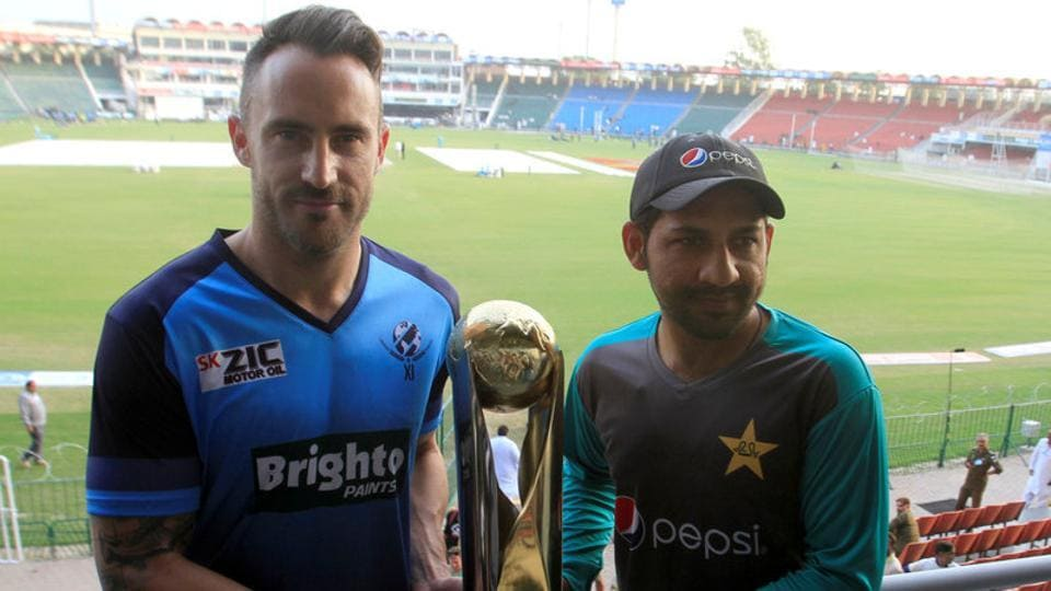 Sarfraz Ahmed of Pakistan and International World XI captain Faf du Plessis hold the Independence Cup Trophy at the Gaddafi Cricket Stadium in Lahore on September 11, 2017. Sri Lanka are scheduled to play a T20 match in Lahore vs Pakistan on October 29.