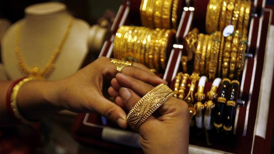 Jewellers across Mumbai have come up with a bonanza of offers to get customers to buy gold on Dhanteras.
