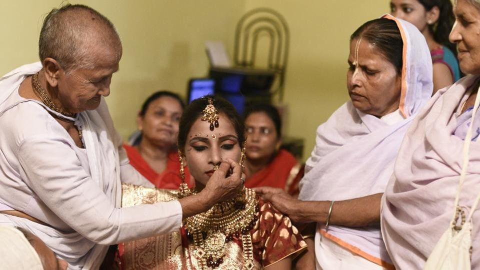 Vinita Devi (centre), a former widow, was married to Rakesh Kumar and the ceremony was solemnized in the presence of 500 widows at the 400 year-old Gopinath temple in Vrindavan on October 16, 2017. Vinita was widowed in 2013, when she lost her husband in the Uttarakhand floods. (Burhaan Kinu / HT Photo)
