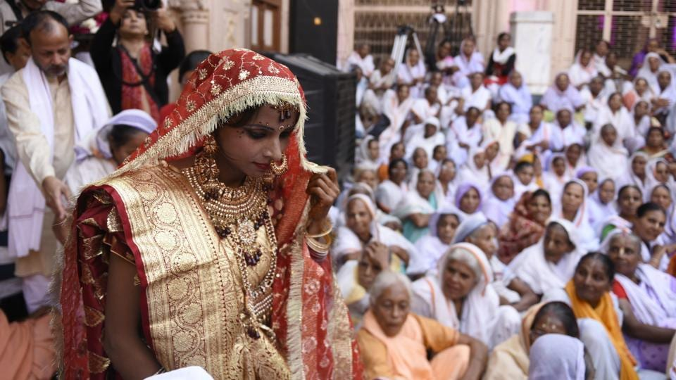 Vinita, seen walking out to the courtyard of the Gopinath temple for the ceremony. 'I think more women should come forward and take decisions of their lives on their own, whether it is about education, career or choosing a life partner,' she said. (Burhaan Kinu / HT Photo)