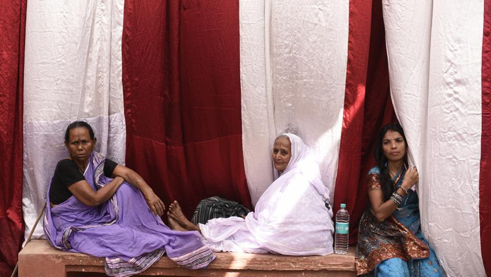 A widow (centre) watches Vinita's marriage ceremony from the sidelines. In a major departure from tradition, remarriage was celebrated in the city where most widows take refuge. (Burhaan Kinu / HT Photo)