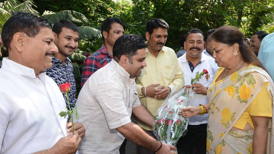 "Officials of the employees' unions thank the chief minister for the ""Diwali gift""."
