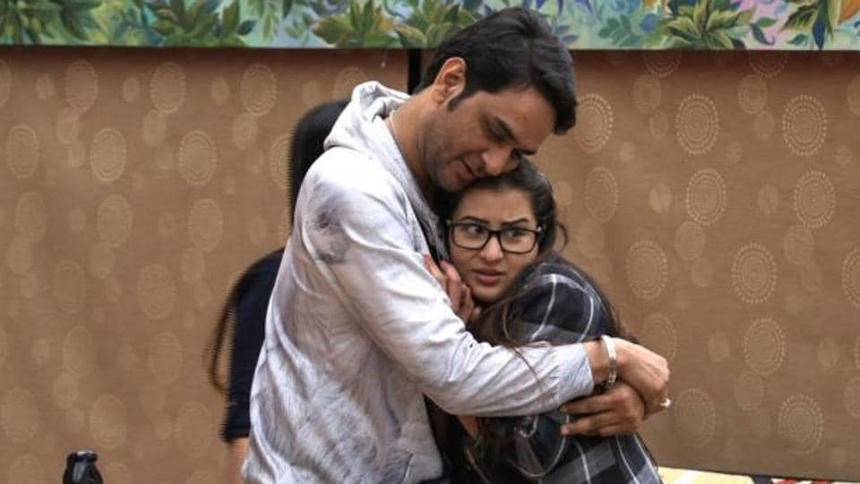 Vikas tries to convince Shilpa that they should be friends.