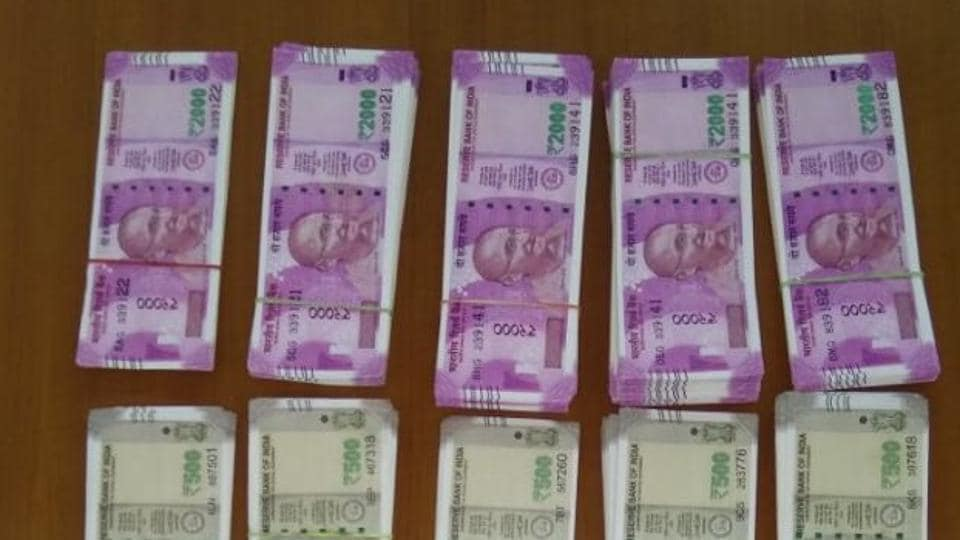 After arrest of politician, textile bizman's Mumbai home raided, Rs 17 lakh seized in old notes | mumbai news